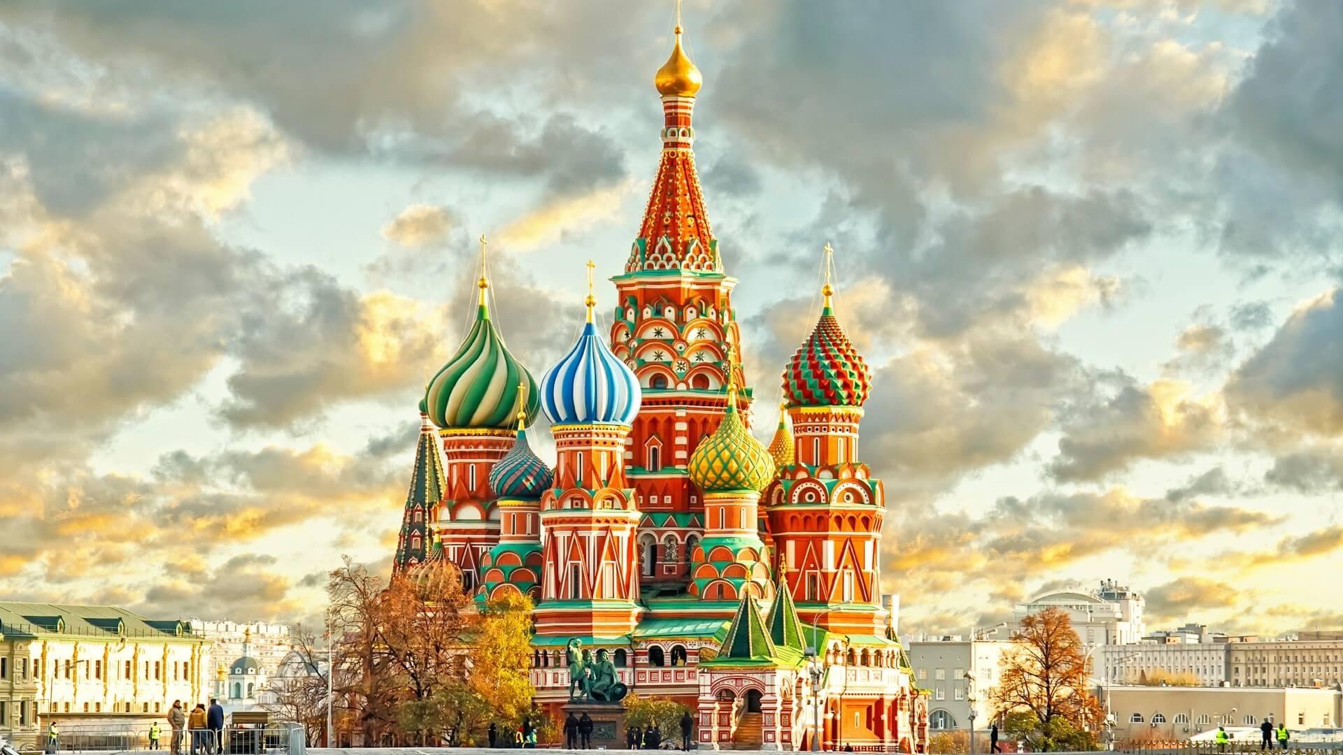 С днем рождения открытка на фоне москвы